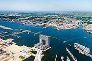 Nederland, Noord-Holland, Amsterdam, 29-06-2018; de nieuwe wijk Houthaven (voormalige Houthavens) met op de Kistdam Pontsteiger. Het luxe woongebouw op schiereiland, architecten Arons en Gelauff Architecten, omvat vrije sector huurwoningen en koopwoningen. In het verschiet Amsterdam-Noord, NDSM-werf.<br /> Newly build peninsula in former timber port with luxury apartment building.<br /> <br /> luchtfoto (toeslag op standard tarieven);<br /> aerial photo (additional fee required);<br /> copyright foto/photo Siebe Swart