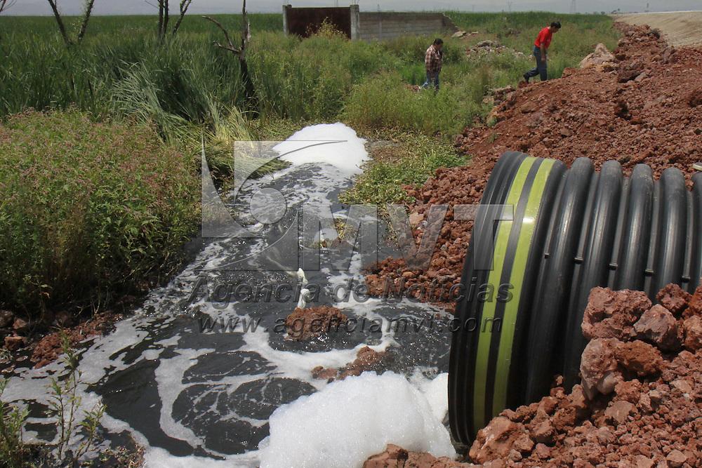 LERMA, Mex.- Integrantes de los pueblos indígenas en defensa del medio ambiente denunciaron que con la construcción de la carretera Lerma-Tres Marías y la mala planeación para la temporada de lluvias sufrirán los pueblos vecinos grandes inundaciones, y las lagunas que se encuentran a un lado de este lugar se verán contaminadas por el agua proveniente del río Lerma,  además en algunas zonas se pueden ver pequeños desgajamientos y cuarteaduras. Agencia MVT / Crisanta Espinosa. (DIGITAL)<br /> <br /> NO ARCHIVAR - NO ARCHIVE