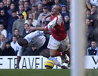 Fotball<br /> England 2004/2005<br /> Foto: SBI/Digitalsport<br /> NORWAY ONLY<br /> <br /> Tottenham Hotspur v Arsenal<br /> 13/11/2004<br /> <br /> Spurs' Noe Pamarot fouls Arsenal's Fredrik Ljungberg for a penalty