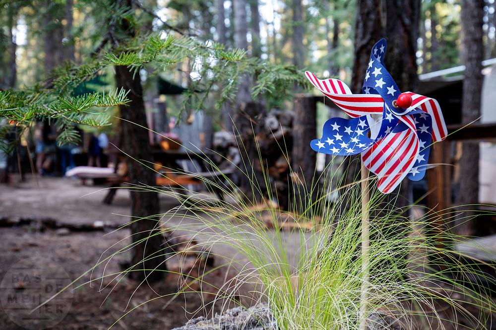 United States of America, Peninsula, 04-09-2018<br /> In een tuin van een buitenverblijf bij Peninsula staat een windmolentje met de Amerikaanse vlag.<br /> <br /> In a garden in Peninsula a wind mill of the American flag is seen.<br /> Foto: Bas de Meijer / De Beeldunie
