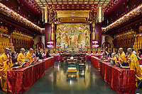 Singapour, Chinatown, Buddha Tooth Relic Buddhist temple, moines en priere // Singapore, Chinatown, Buddha Tooth Relic Buddhist temple, monks praying