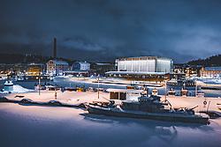 THEMENBILD - Blick auf die finnische Stadt Lahti mit den Lichtern der Stadt im Winter mit Schnee bedeckt, der Sibelius Halle am Hafen und dem zugefrorenen See, aufgenommen am 08. Februar 2019 in Lahti, Finnland // View of the Finnish city Lahti with the lights of the city in winter covered with snow the Sibelius Hall at the harbour and the frozen lake. Lahti, Finland on 2019/02/08. EXPA Pictures © 2019, PhotoCredit: EXPA/ JFK