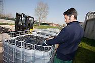 Nosedo, Milano : Impianto di depurazione delle acque reflue.Nella foto: operaio pulisce i corpi di riempimento dei deodorizzatori per l'aria. Nosedo Waste Water Treatment plant