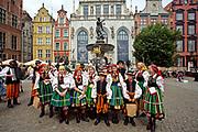 Gdańsk, 2008-06-22. Łowicki Zespół Pieśni i Tańca, w tle Dwór Artusa, Gdańsk Stare Miasto.