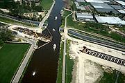 Nederland, Haarlemmermeer, Huigsloterdijk, 17-05-2002; bouw aquaduct voor de HSL naast (voor) het bestaande aquaduct van autosnelweg A4; pleziervaart op het water vd ringvaart; .toerisme, recreatie, infrastructuur, bouwen, spoor, rail, TGV planologie ruimtelijke ordening.DEEL VAN EEN SERIE OVER  HSL; luchtfoto (toeslag), aerial photo (additional fee)<br /> foto /photo Siebe Swart