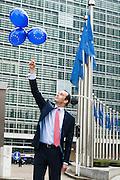 Brussel 19 februari 2013. Pieter van Aartsen met Euro ballonnen voor het hoofdgebouw van de Europese Commissie, het Berlaymontgebouw. Portret van deze lobbyist werkend voor de Gasunie. Foto voor magazine Net-NL iov De Beeldredaktie. ©sanderdewilde.com