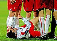 Fotball , 30. september 2007 , Tippeligaen , Fredrikstad - Rosenborg , Agim Shabani Fredrikstad, Shabani må bæres blødene av banen etter å ha fått foten til Rosenborgs Yssouf Koné i hodet , Foto: Thomas Andersen , digitalsport