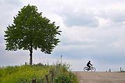Nederland, Druten, 10-5-2020  Recreatie op de waaldijk in het land van maas en waal .Foto: Flip Franssen