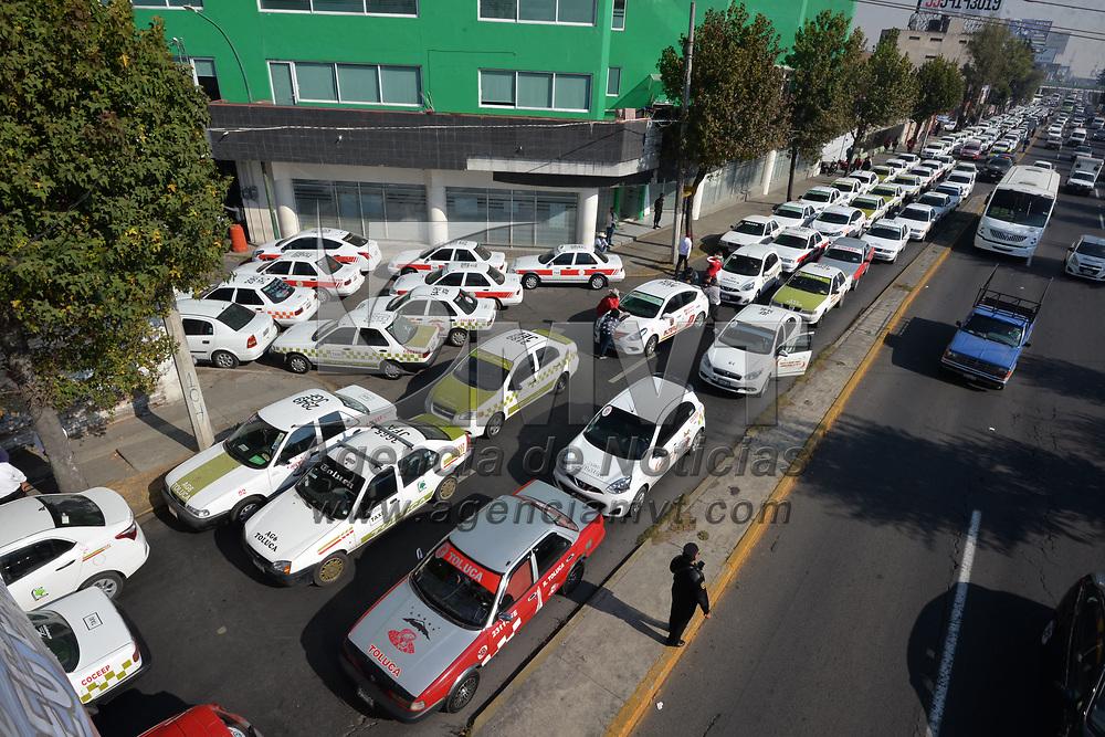 TOLUCA, México.- (Febrero 22, 2018).- Taxistas del Valle de Toluca se manifestaron en las oficinas de la Secretaria de Movilidad por la presunta falta de atención de funcionarios de esta secretaria, cerrando Paseo Tollocan en ambos sentidos, provocando un caos vial en la zona. Agencia MVT / Crisanta Espinosa.