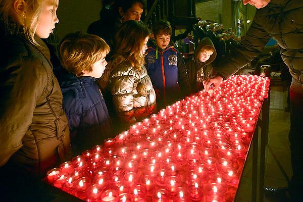 Nederland, Huissen, 15-12-2013Kerstmarkt in deze plaats in Gelderland. In de kerk worden kaarsjes gebrand.Foto: Flip Franssen
