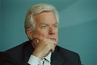 11 JUN 2001, BERLIN/GERMANY:<br /> Manfred Timm, Vorstandssprecher Hamburger Electricitaetswerke AG, HEW, waehrend der Unterzeichnung einer Vereinbarung zwischen der Bundesregierung und den Kernkraftwerksbetreibern zur geordneten Beendigung der Kernenergie, Bundeskanzleramt, Willy-Brand-Strasse<br /> IMAGE: 20010611-03/02-16<br /> KEYWORDS: Energiekonsens, Atomkonsens, Kernkraft, Kernenergie, Konsens, Energieversorgungsunternehmen