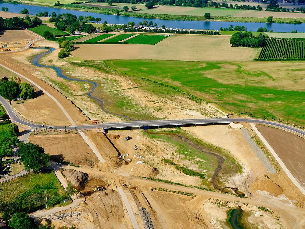 Nederland, Limburg, Gemeente Venray; 27-05-2020; Blitterwijk, aanleg stijlranddijk en nieuwe valei direct ten oosten van het dorp. De geul (in aanleg) zal de Oude Maasarm (meer landinwaarts, buiten beeld) verbinden met rivier de Maas (aan de horizon). De Ooijense weg is omgelegd en kruist de geul met de nieuwe brug. Onderdeel van Gebiedsontwikkeling Ooijen en Wanssum, waaronder aanleg van een  hoogwatergeul, weerdverlaging en natuurontwikkeling.<br /> Blitterwijk, construction of the 'style edge dike' and new valley directly east of the village. The channel (under construction) will connect the Oude Maasarm (more inland, out of view) with the river Maas (on the horizon). The Ooijense road has been diverted and intersects the channel with the new bridge.<br /> <br /> luchtfoto (toeslag op standard tarieven);<br /> aerial photo (additional fee required)<br /> copyright © 2020 foto/photo Siebe Swart