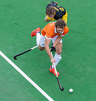 BLOEMENDAAL  - Manu Stockbroekx (Bldaal) met Laz Omrani (Den Bosch)  tijdens de oefenwedstrijd Bloemendaal-Den Bosch (m) .  COPYRIGHT KOEN SUYK