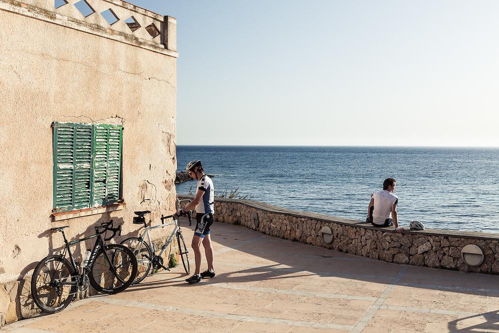 Zwei Rennradfahrer rasten an der Mittelmeerküste, Andratx, Mallorca, Spanien * two bike racers resting at Meditteranian Sea, Andratx, Mallorca, Spain