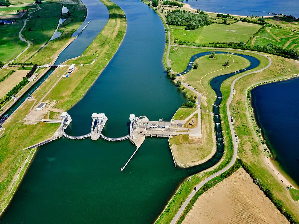 Nederland, Gelderland, Gemeente Buren, 27-05-2020; Eiland van Maurik, rivier de Lek. Sluis- en Stuwcomplex Amerongen in de Neder-rijn. Ook bekend als Stuw Maurik. De stuw reguleert waterniveau in de Neder-rijn. Direct naast de stuw de waterkrachtcentrale van Nuon. Op het stuweiland verder de schutsluis en een vispassage. Het stuwcomplex is gerenoveerd. <br /> Barrage or flood gate in Lower Rhine, regulates waterlevel. Southeast of Utrecht. The Lower Rhine is a rain river, with especially in the winter large amounts of water (melt water), in the summer there is a shortage of water. The weir ensures sufficiently high water level for shipping. Next to the dam the hydroelectric station, fish ladder and shipping lock.<br /> <br /> luchtfoto (toeslag op standaard tarieven);<br /> aerial photo (additional fee required)<br /> copyright © 2020 foto/photo Siebe Swart