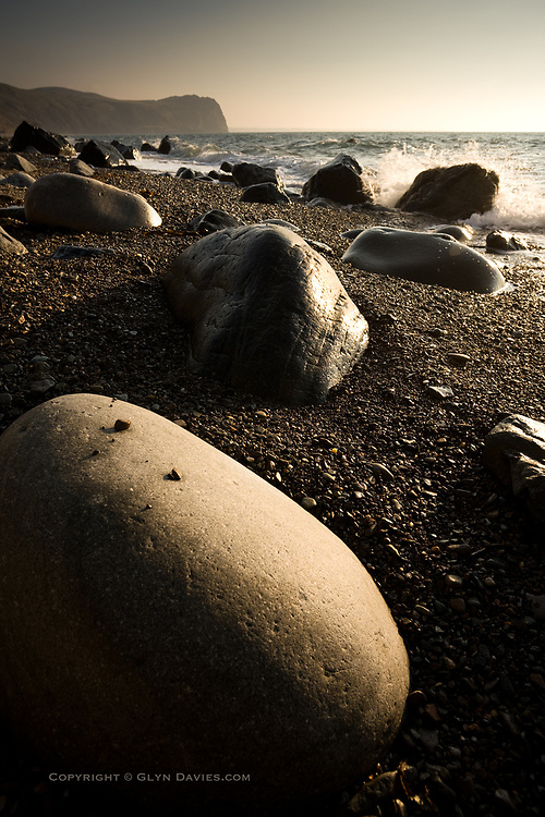 After the harshness of the crags and cliff sides, the angular edges of the quarried levels and the tidy angles of the village itself, these large and beautifully rounded boulders seemed almost organic, and the way they spaced themselves evenly across the fine pebbles of the beach gave them a lifelike character of their own. It was hard to resist simply running my hands over the beautiful smooth curves, much as you would with a Henry Moore sculpture.