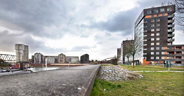 Nederland, Nijmegen, 18-3-2018Billy Gunterman stelt een nieuwe historische atlas van nijmegen samen. Het havenkwartier.Woontoren De Lunet links op de Handelskade aan de Waalhaven. Het gebouw staat aan de rand van het stadscentrum en beschikt over luxe koopappartementen, sociale huurappartementen voor jongeren en vrije sector huurappartementen. Het is onderdeel van de nieuwbouw van Nijmegen west, het waalfront. Op het perceel stond voorheen de drukkerij en redactieruimte van regionaal dagblad de gelderlander die nu de onderste verdieping van dit gebouw huren. Het penthouse op de bovendste verdieping is gekocht door Marcel Boekhoorn, een van de rijkste mensen van de stad.FOTO: FLIP FRANSSEN