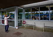 Sittard-Geleen, 12-05-2021, Vidar<br /> <br /> Prinses Margriet tijdens een bezoek aan het participatiebedrijf Vidar in Sittard-Geleen. Het bezoek stond in het teken van de recentelijke samenwerking tussen Vidar met BAB-Medical, waarbij medewerkers met een afstand tot de arbeidsmarkt meedraaien in de mondkapjesproductie. Tevens bezocht de Prinses werknemers van Vidar in de nabijgelegen tapijtenfabriek Millenerpoort.