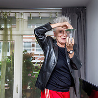 Nederland, Amsterdam, 25 oktober 2017.<br />Musicalactrice Doris Baaten. Ze speelt zowel in de nieuwe musical Fiddler on the Roof als Annie M.G. Schmidt.<br />Op de foto: Doris vangt een mug in haar woonkamer.<br /><br /><br /><br />Foto: Jean-Pierre Jans