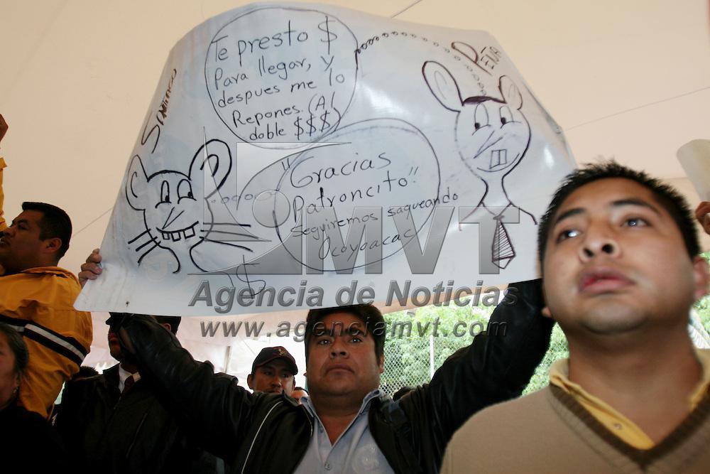 Ocoyoacac, Mex.- Militantes del PRD muestran pancartas y gritan consignas durante el acto de toma de protesta de Santiago Rivera como alcalde electo de Ocoyoacac quien resultara ganador de las elecciones extraordinarias en el municipio. Agencia MVT / Mario Vazquez de la Torre. (DIGITAL)<br /> <br /> <br /> <br /> <br /> <br /> <br /> <br /> NO ARCHIVAR - NO ARCHIVE