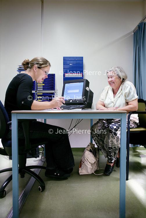 Nederland, Amsterdam , 1 oktober 2009..COGA (Centrum voor Ouderengeneeskunde Amsterdam) .Binnenkort komt u voor onderzoek naar het Centrum voor Ouderen- .geneeskunde Amsterdam (COGA). In deze folder vindt u belangrijke .informatie ten aanzien van uw bezoek aan het COGA. Dit dagcentrum .is een initiatief van de afdelingen interne geneeskunde en neurologie .van VUmc en GGZ inGeest en is bedoeld voor oudere patiënten die .niet geholpen kunnen worden met één of twee polikliniekbezoeken, .maar waarvoor opname niet noodzakelijk is. Het COGA richt zich op .onderzoek en behandeling van ouderen bij wie sprake is van meerdere .aandoeningen tegelijkertijd. Vaak gaat het om een combinatie van .problemen op lichamelijk, geestelijk en sociaal gebied, waardoor de .zelfredzaamheid negatief beïnvloed wordt. Dikwijls worden ouderen .geconfronteerd met een algehele achteruitgang en kan er sprake zijn .van een combinatie van onderstaande klachten: . .o geheugenproblematiek en verwardheid; .o loopproblemen en de neiging tot vallen; .o interesseverlies, 'nergens meer toe komen'; .o  onverklaarbare achteruitgang in het dagelijks functioneren; .o  polyfarmacie, dat wil zeggen het gebruiken van .veel medicijnen tegelijkertijd..De internist-geriater (een arts gespecialiseerd in ouderen) onderzoekt .de oorzaken van deze klachten, zoekt naar mogelijkheden voor .behandeling en geeft adviezen. .De internist-geriater (een arts gespecialiseerd in ouderen) onderzoekt .de oorzaken van deze klachten, zoekt naar mogelijkheden voor .behandeling en geeft adviezen. .De internist-geriater (een arts gespecialiseerd in ouderen) onderzoekt .de oorzaken van deze klachten, zoekt naar mogelijkheden voor .behandeling en geeft adviezen. .De internist-geriater (een arts gespecialiseerd in ouderen) onderzoekt .de oorzaken van deze klachten, zoekt naar mogelijkheden voor .behandeling en geeft adviezen. .COGA is een goed voorbeeld van de samenwerkingsverband tussen VUmc en GGZ IN Geest.  Op de foto: aankomst inschrij