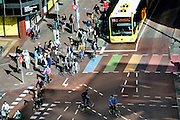 In Utrecht rijden fietsers en bussen over het vernieuwde weg langs Vredenburg.<br /> <br /> In Utrecht cyclists and busses ride on the new road in the city center.
