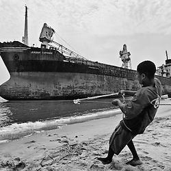 Pescador a puxar a rede. Cemiterio de Navios. Praia de Santiago, Bengo, Angola