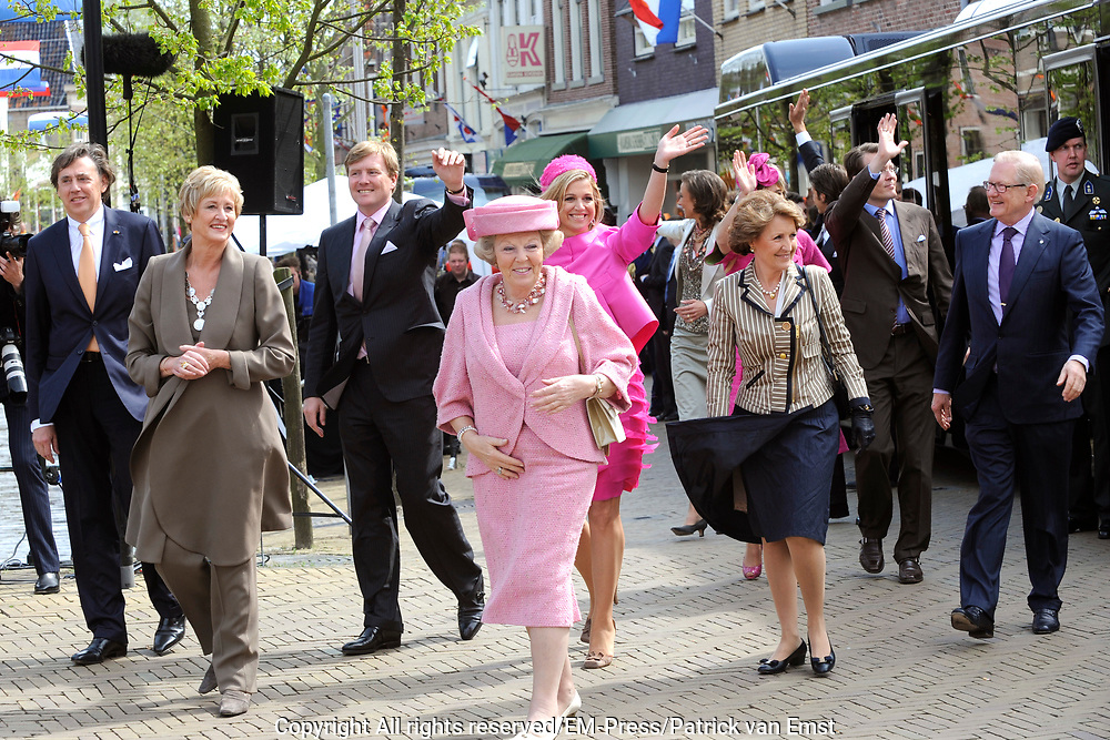 Koninginnedag 2008 / Queensday 2008. <br /> <br /> Koningin Beatrix viert Koninginnedag dit jaar in Friesland. De vorstin en haar familie bezochten op 30 april Makkum en Franeker.<br /> <br /> Queen Beatrix celebrates Queensday this year in Friesland (the Nothren provice in Holland). The Queen and its family visited Makkum and Franeker on 30 April.<br /> <br /> Op de foto/ On the Photo: Aankmost van de vKoninklijke fasmilie in Franeker / Arrival of the Royal Family in Franeker