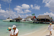 Boats and tourists on Palmbeach, Aruba.<br /> Boten en toeristen op het strand