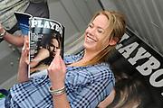 BNN-presentatrice Nicolette Kluijver poseert woensdag langs de A10 in Amsterdam bij een billboard met de cover van het nieuwe nummer van het blootblad. Kluijver poseerde voor een naaktreportage op voorwaarde dat ze het reilen en zeilen achter de schermen mocht vastleggen voor het programma 'Spuiten en Slikken'. <br /> <br /> op de foto:  Nicolette Kluijver