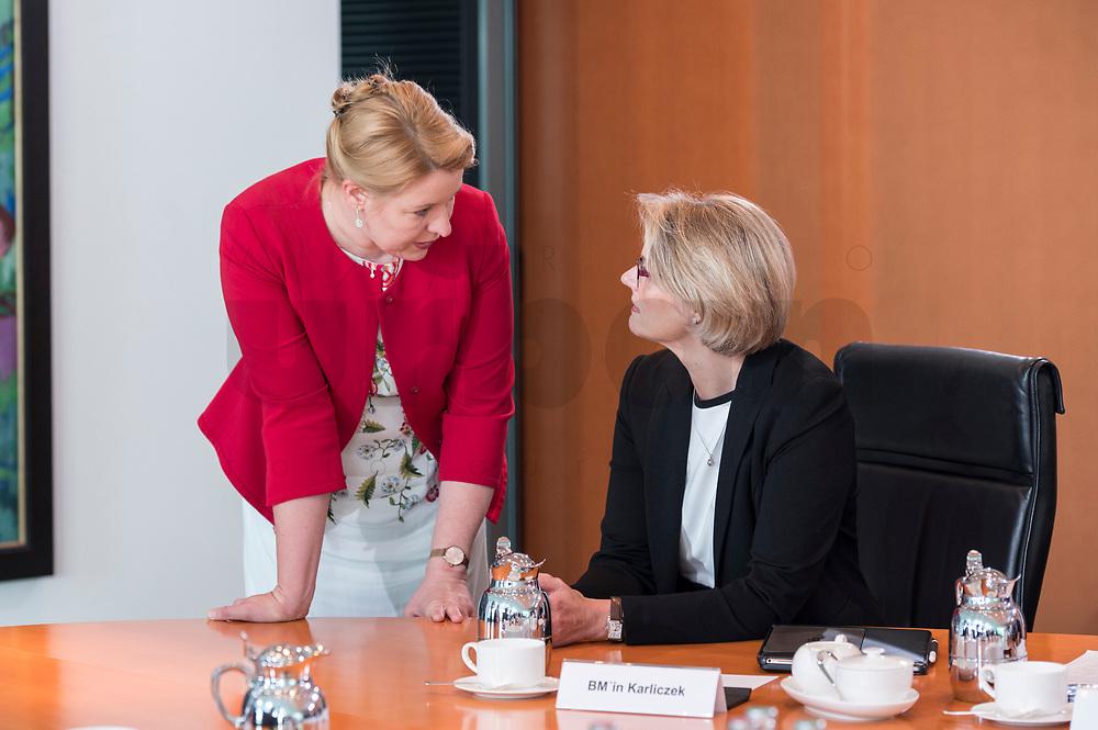 06 JUN 2019, BERLIN/GERMANY:<br /> Franziska Giffey (L), SPD, Bundesfamilienministerin, und Anja Karliczek (R), CDU, Bundesbildungsministerin, im Gespraech, vor Beginn der Kabinettssitzung, Bundeskanzleramt<br /> IMAGE: 20190606-01-011<br /> KEYWORDS: Sitzung, Kabinett, Gespräch