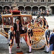 NLD/Den Haag/20170919 - Prinsjesdag 2017, Koning Willem Alexander stapt uit de koets