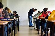 Nederland, Vught, 22-5-2006..Leerlingen van het Maurick college doen eindexamen Nederlands. Schoolonderzoek. Surveillant, surveilleren...Foto: Flip Franssen/Hollandse Hoogte