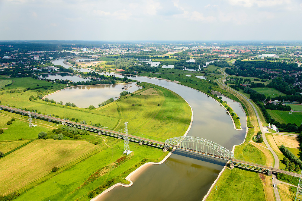 Nederland, Gelderland, Gemeente Arnhem, 26-06-2013; dubbelsporige stalen spoorbrug over de Neder-rijn. Links de  uit vijf aanbruggen, Arnhem aan de horizon. Spoorwegverbinding tussen Arnhem en  richting Nijmegen.<br /> Railway bridge over river Rhine west of Arnhem.<br /> luchtfoto (toeslag op standaard tarieven);<br /> aerial photo (additional fee required);<br /> copyright foto/photo Siebe Swart.