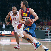 Galatasaray's Jamon Lucas GORDON (L) and  FC Barcelona Regal's Joe INGLES (R) during their Euroleague group D matchday 5 Galatasaray between  FC Barcelona Regal at the Abdi Ipekci Arena in Istanbul at Turkey on Thursday, November 17 2011. Photo by TURKPIX
