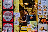 "Chine, Hong Kong, Kowloon, Tsim Sha Tsui, restaurant de rue Mamy Pancake recommandé par Michelin // China, Hong Kong, Kowloon, Tsim Sha Tsui, street food restaurant ""Mammy Pancake"" recommended by Michelin guide"