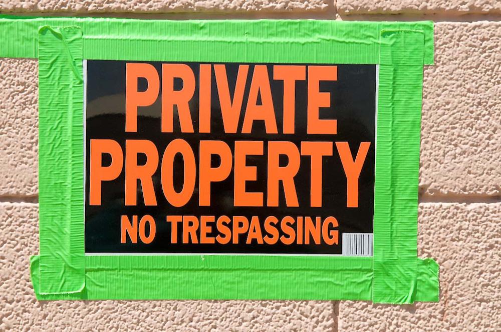 USA, Vereinigte Staaten von Amerika, Arizona, City of Page; Ein Verbotsschild weißt darauf hon dass ein Grundstück privat ist und der Durchgang verboten    engl.: United States of America, Arizona city of page; A sign at a wall indicates Private Property and no trespassing   