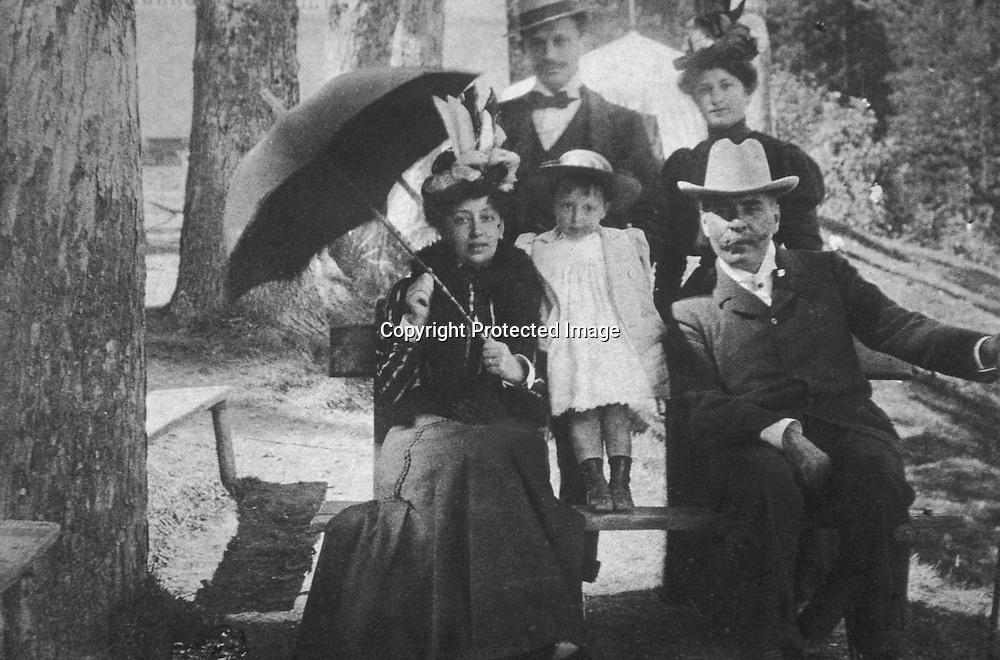 In piedi Giulio Tomasi e Giulia Cuto. Seduti Beatrice Giuseppe Tomasi di Lampedusa e PeppinoLo Monaco<br />archivio effigie