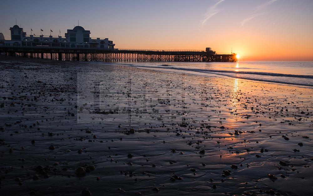 © Licensed to London News Pictures. 06/11/2017. Southsea, UK.  Dawn breaks as the sun rises over the pier in Southsea on a cold and clear morning, 6th November 2017. Photo credit: Rob Arnold/LNP
