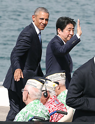 "US-Präsident Barack Obama und Japans Premier Shinzo Abe beim Gedenken an die Opfer des japanischen Angriffs auf Pearl Harbor vor 75 Jahren / 271216<br /> <br /> <br /> <br /> ***Japanese Prime Minister Shinzo Abe (R) and U.S. President Barack Obama complete their speeches at Pearl Harbor in Hawaii on Dec. 27, 2016. Abe offered his ""sincere and everlasting condolences"" for those who died in the Japanese attack there in 1941.***"