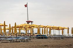 THEMENBILD - Sonnenschirme im Wind. Die rote Fahne bedeutet Sturmwarnung. Lignano ist ein beliebter Badeort an der italienischen Adria-Küste, aufgenommen am 15. Juni 2019, Lignano, Italien // Sunshades in the wind. The red flag means storm warning. Lignano is a popular seaside resort on the Italian Adriatic coast on 2019/06/15, Lignano Sabbiadoro, Italy. EXPA Pictures © 2019, PhotoCredit: EXPA/ Stefanie Oberhauser