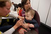 Vandaag is de eerste dag van de grote vaccinatie bij kinderen tegen de Mexicaanse griep. Om de vaccinatie in goede banen te leiden zijn er veel priklokaties en op veel menskracht ingezet. Tijdens het wachten worden kinderen vermaakt met onder andere muziek. Mees laat zich gelaten prikken