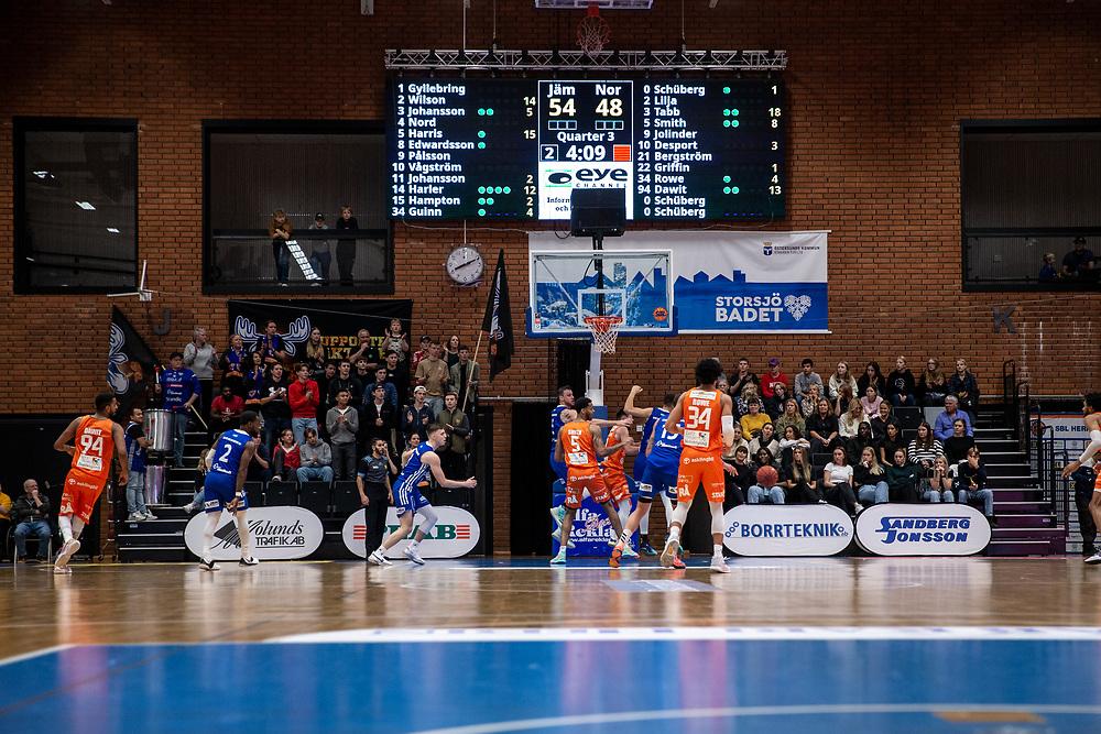 ÖSTERSUND 20211007<br /> Tuff kamp under torsdagens match i basketligan mellan Jämtland Basket och Norrköping Dolphins.<br /> Foto: Per Danielsson / Projekt.P