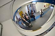 Nederland, Nijmegen, 11-10-2014 Tijdens de open dag van justitie krijgen belangstellenden een rondleiding van een medewerker langs enkele afdelingen van de tbs inrichting de pompekliniek. Bezocht werden o.a. een metaalwerkplaats, de houtwerkplaats, een woonafdeling en een isoleercel. Na afloop kon men in gesprek gaan met een patient. FOTO: FLIP FRANSSEN/ HH