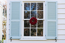 December 21, 2017 - Charleston, South Carolina, United States of America - A low country popcorn berry Christmas wreath hangs from a window on a historic home along King Street in Charleston, SC. (Credit Image: © Richard Ellis via ZUMA Wire)