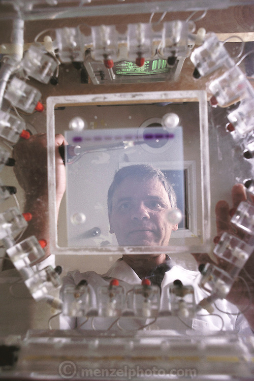 Research on the human genome: Leroy Hood at CalTech with a Programmable Autonomously Controlled Electrode (PACE), which was developed in the CalTech lab. Pasadena, California. MODEL RELEASED (1989).Human Genome Project.