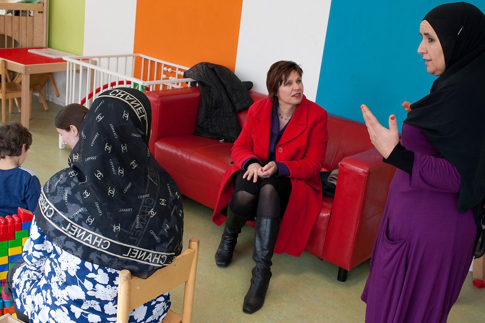 Ruth Peetoom praat tijdens haar campagne als kandidaat-voorzitter van het CDA met Fatima Sabbah (rechts), oprichter en voorzitter van de Amsterdamse culturele organisatie Nisa for Nisa (vrouwen voor vrouwen), in de kamer waar kinderen worden opgevangen als hun moeder een cursus volgt bij Nisa for Nisa. Peetoom informeert bij Sabbah over de problemen die de organisatie heeft bij het bereiken van de doelstellingen; het uit het isolement halen van islamitische vrouwen, voornamelijk Marokkaanse vrouwen.