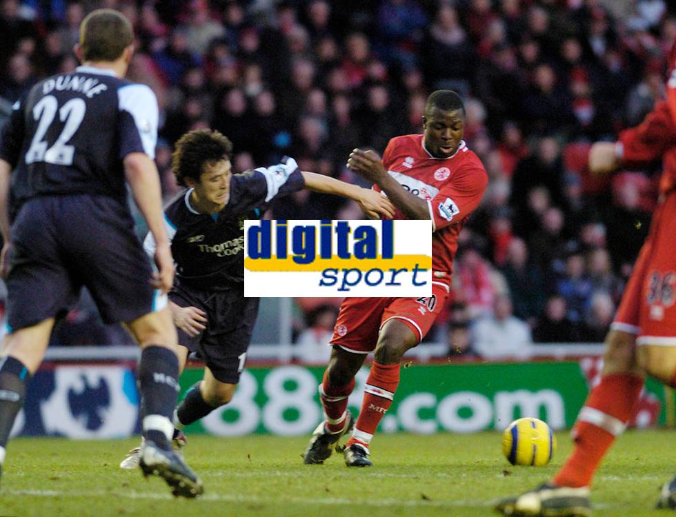 Photo: Leigh Quinnell.<br /> Middlesbrough v Manchester City. The Barclays Premiership. 31/12/2005. Boros Yakubu battles with Man Citys jihai Sun.