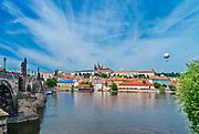 Praga, stolica Czech. 2013-07-23. Widok na Hradczany i Most Karola.