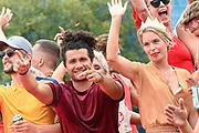 De jaarlijkse Canal Parade is onderdeel van de Amsterdam Gay Pride. Tijdens dit evenement vieren lesbiennes, homos, biseksuelen en transgenders (LHBT) dat ze mogen zijn wie ze zijn en mogen houden van wie ze willen. <br /> <br /> The annual Canal Parade is part of the Amsterdam Gay Pride. During this event lesbians, homosexuals, bisexuals and transgenders (LGBT) celebrate that they can be who they are and are allowed to love who they want.<br /> <br /> Op de foto / On the photo:  Alkan Coklu en Melissa Drost